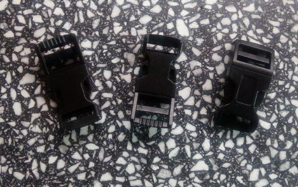 Spona trojzubec 16 mm plastová černá