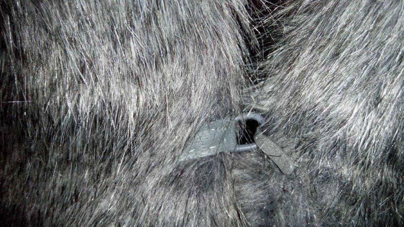 Kožichové zapínání se stuhou tmavě šedé