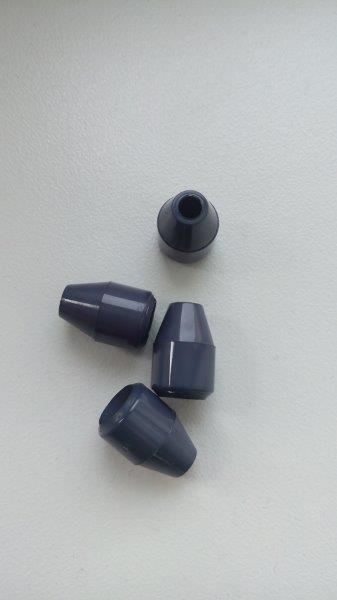 Plastová koncovka na šňůru tmavě šedá