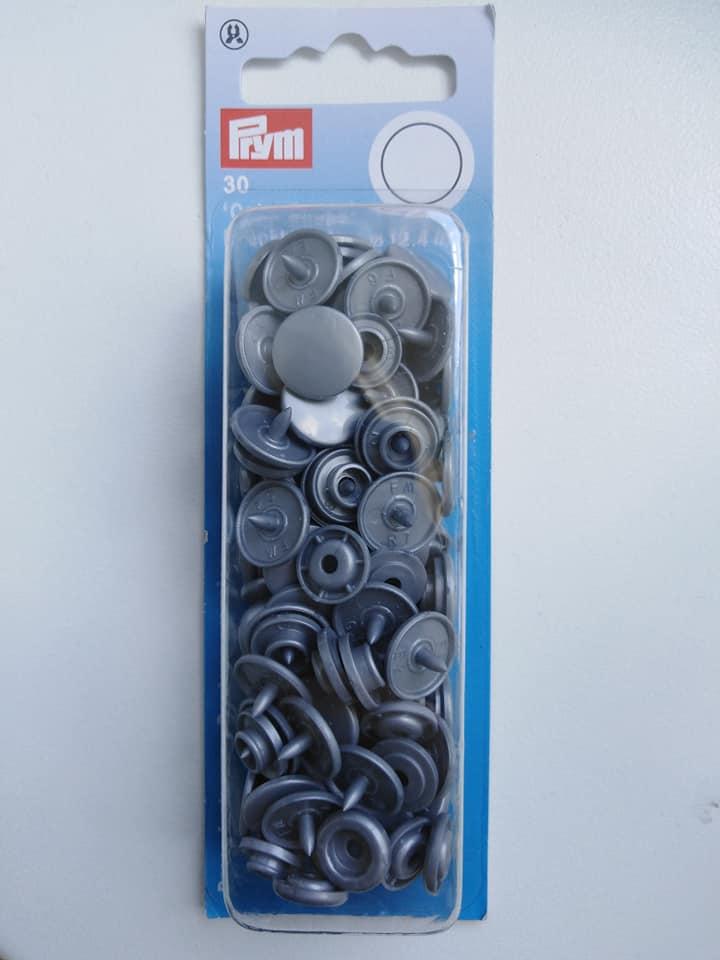 Plastové patentky kulaté stříbřité šedé