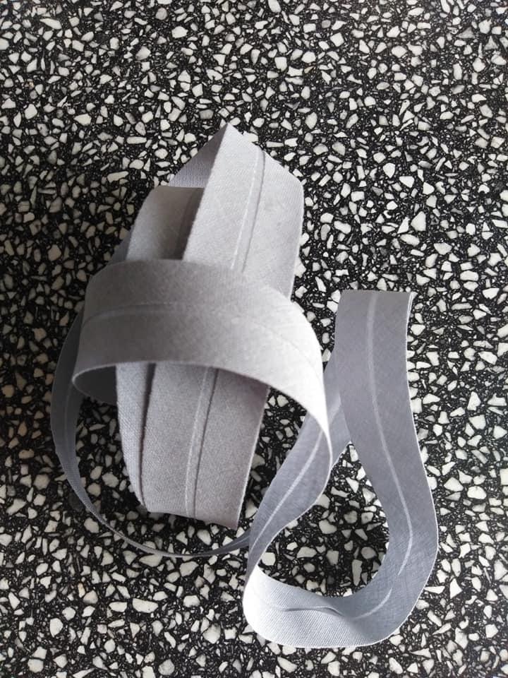 Šikmý proužek 25 mm bavlněný založený světle šedý