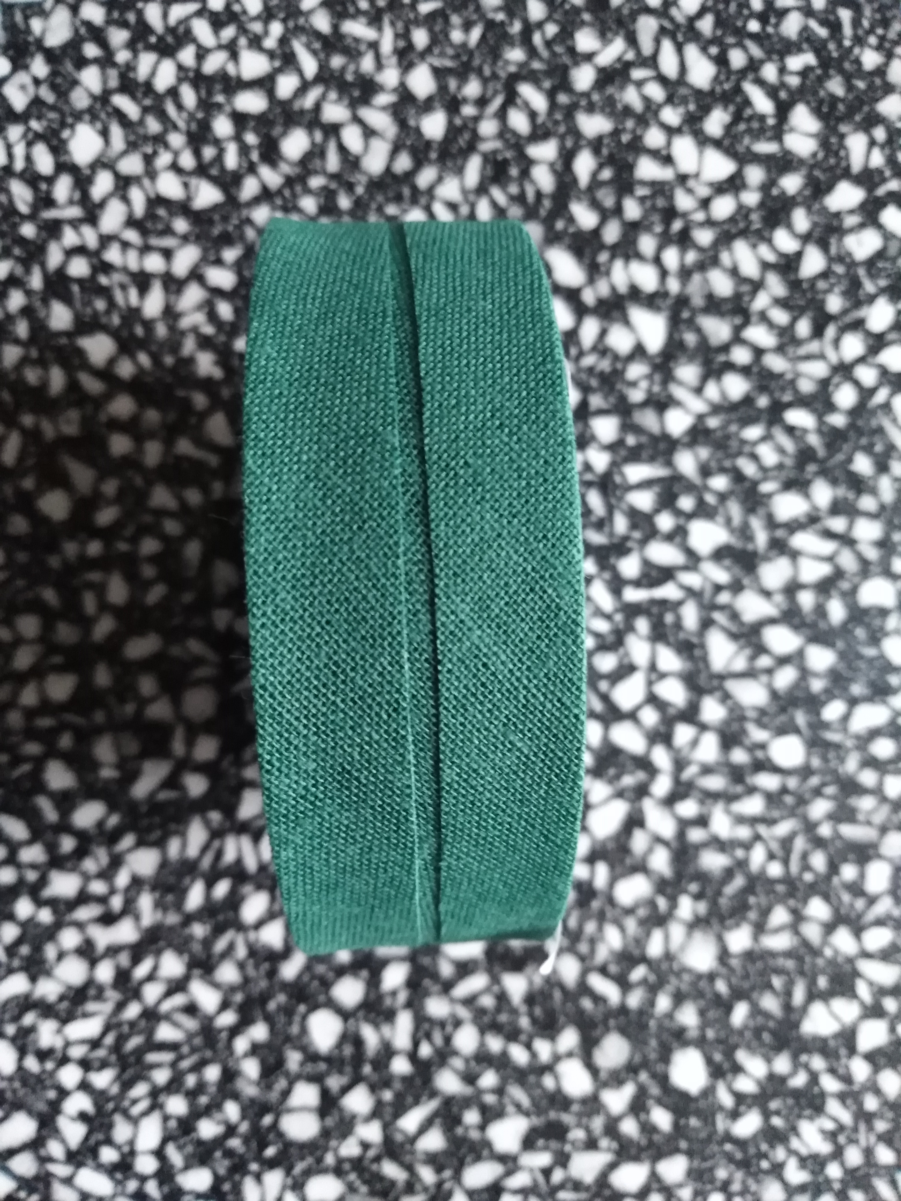 Šikmý proužek 25 mm bavlněný založený tmavá zeleň