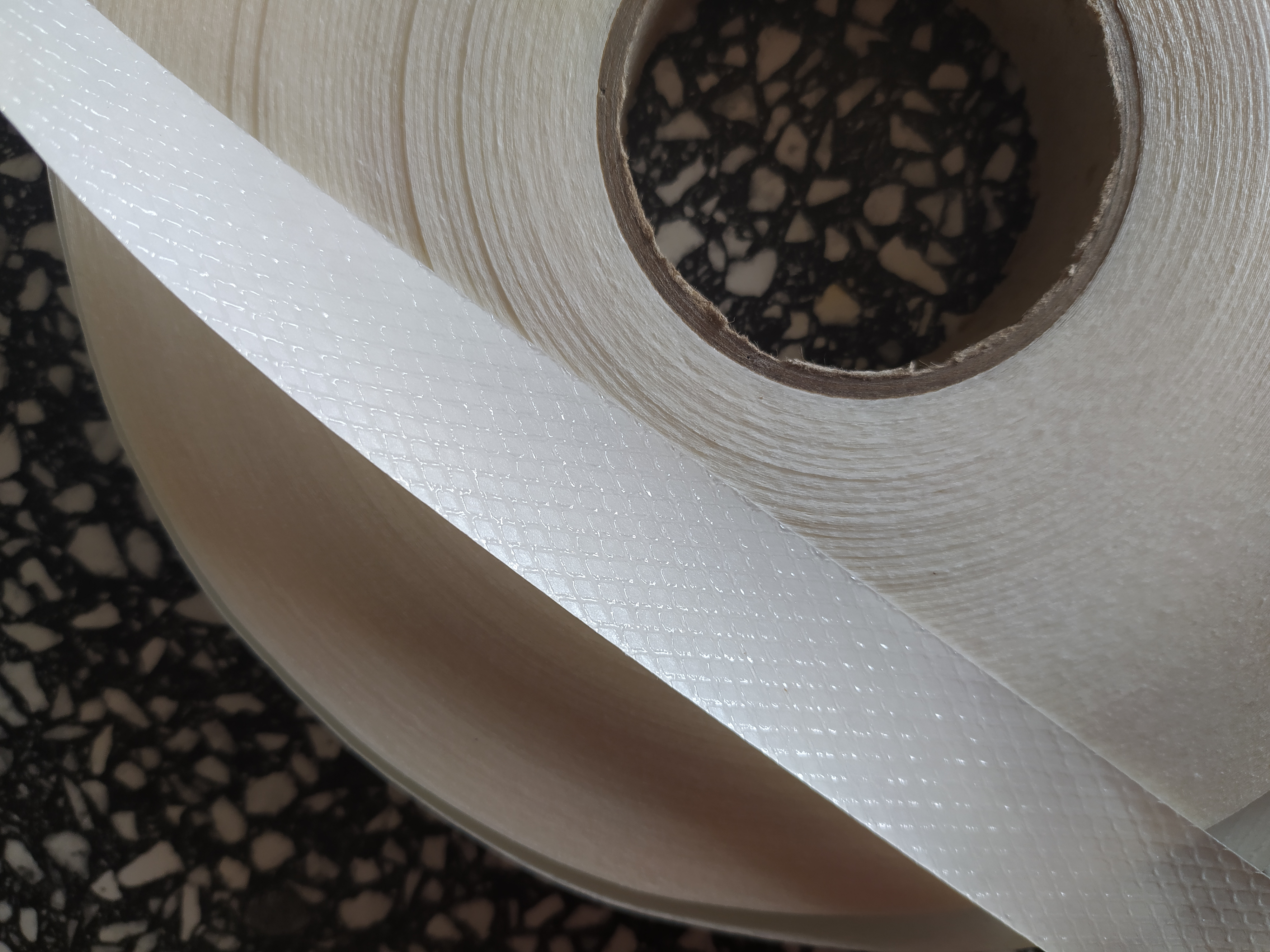 Páska mřížka zažehlovací 20 mm čirá