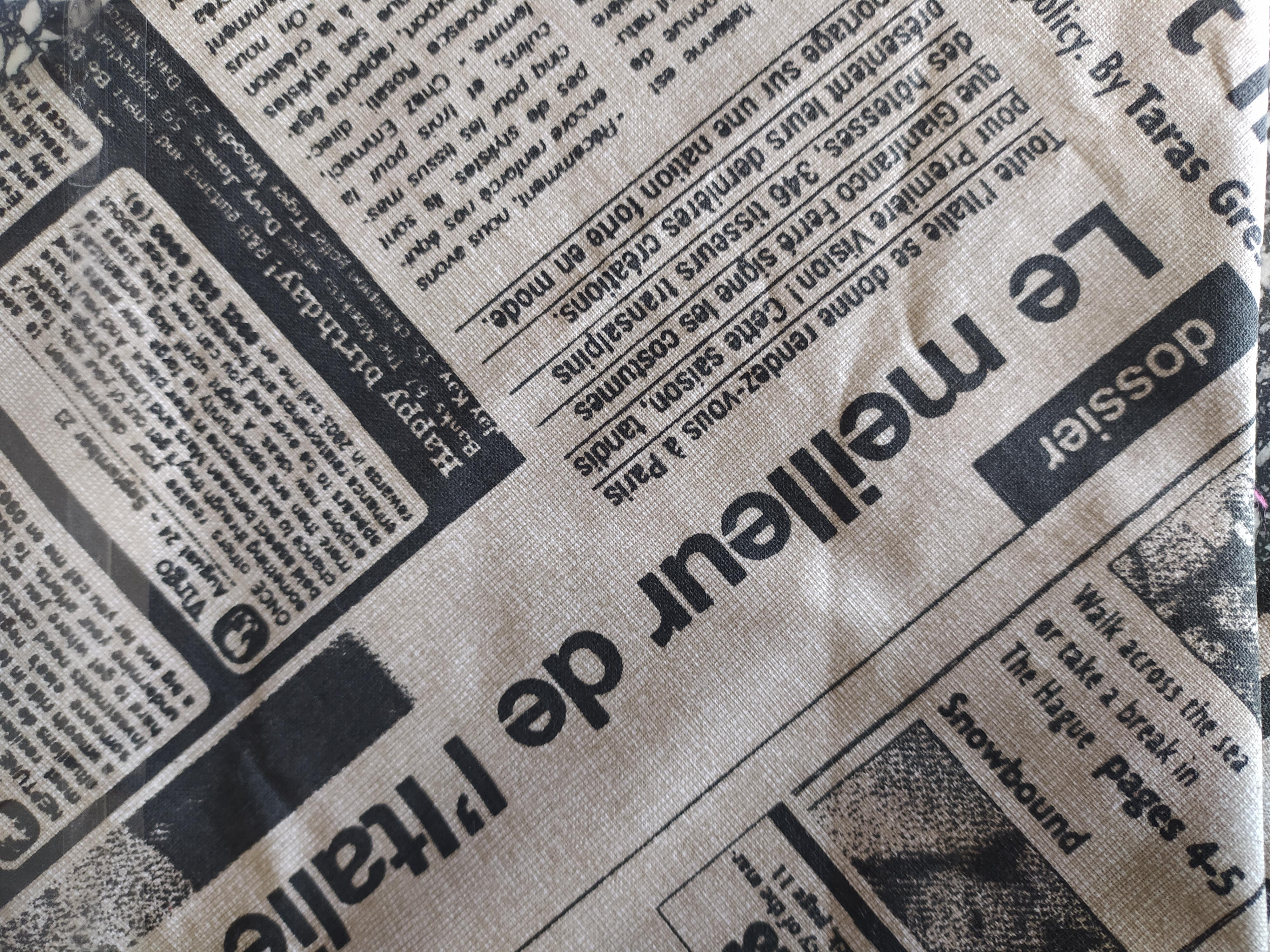 Bavlněný šátek 65 x 65 cm, noviny béžové