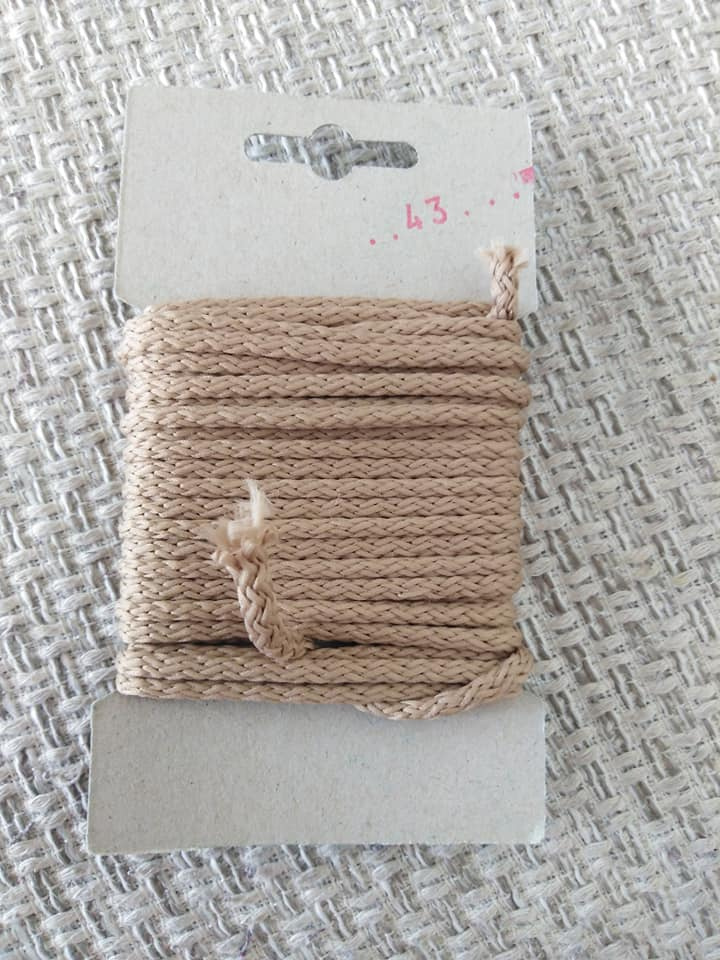 Šňůra oděvní polyesterová 4 mm karta 5 m tmavě béžová