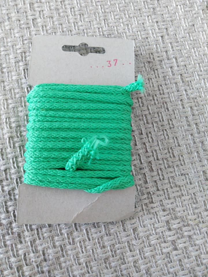Šňůra oděvní polyesterová 4 mm karta 5 m jablková
