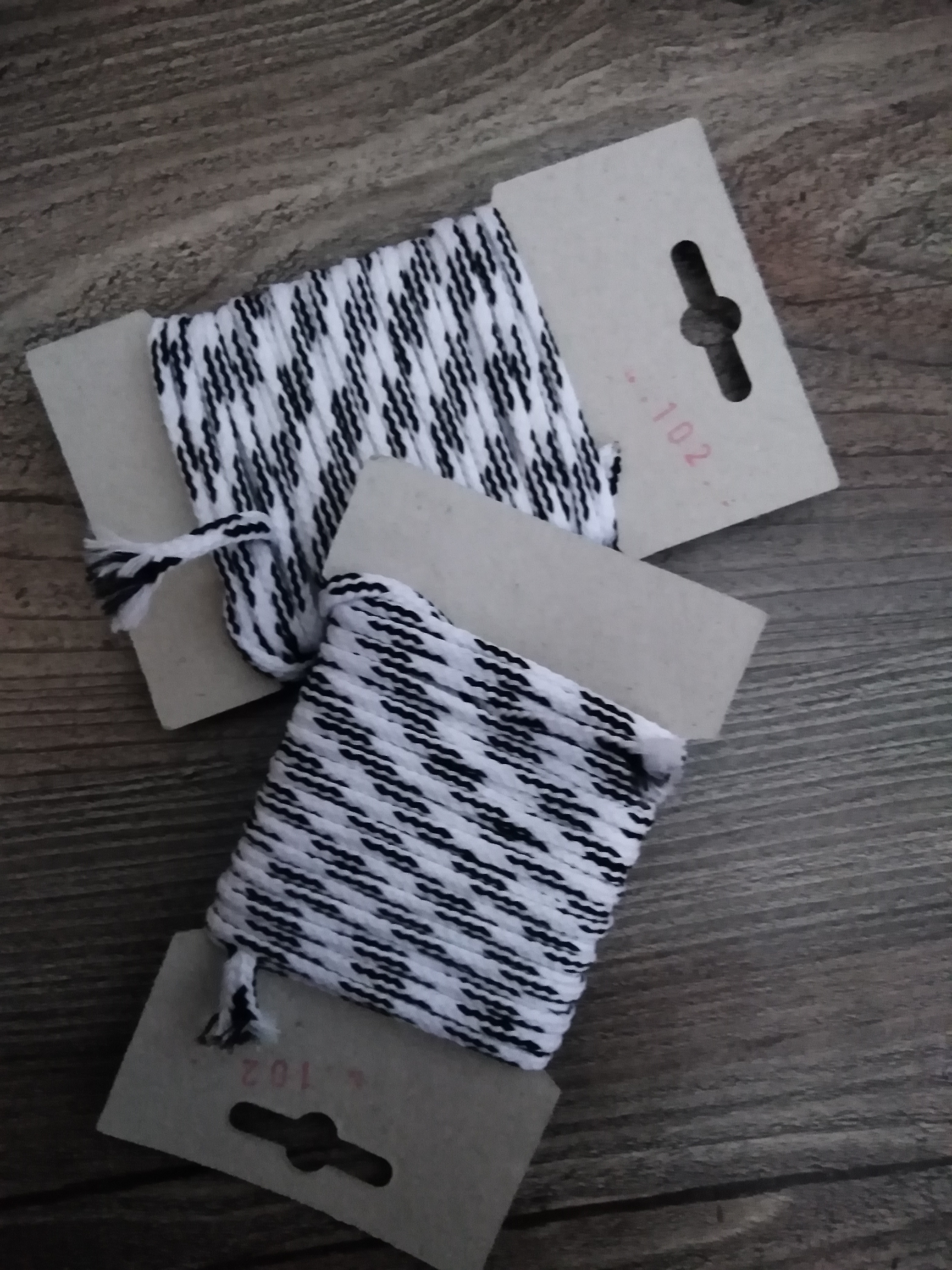 Šňůra oděvní polyesterová 4 mm karta 5 m bílá-černá