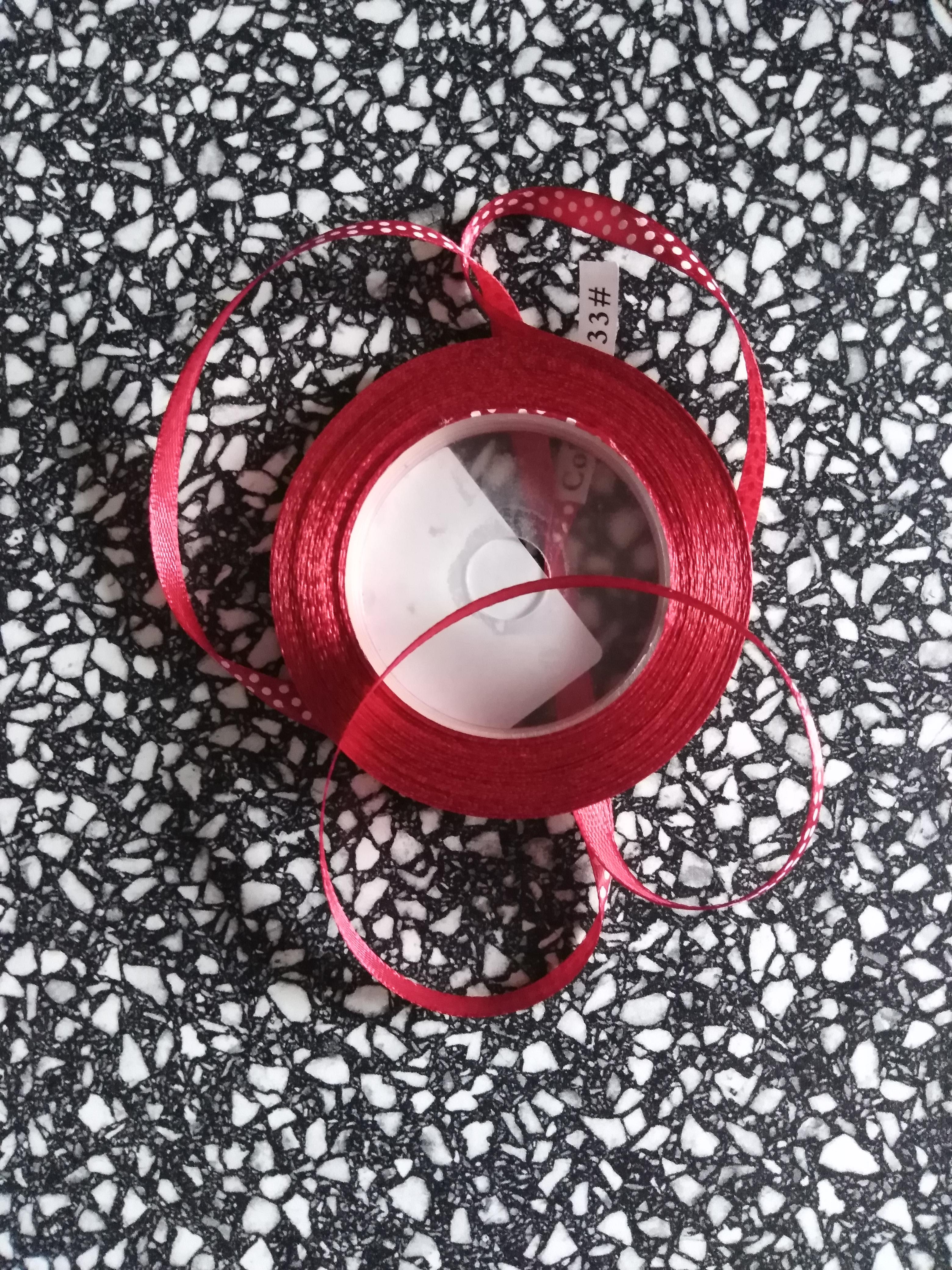 Stuha saténová 6 mm puntík vínová