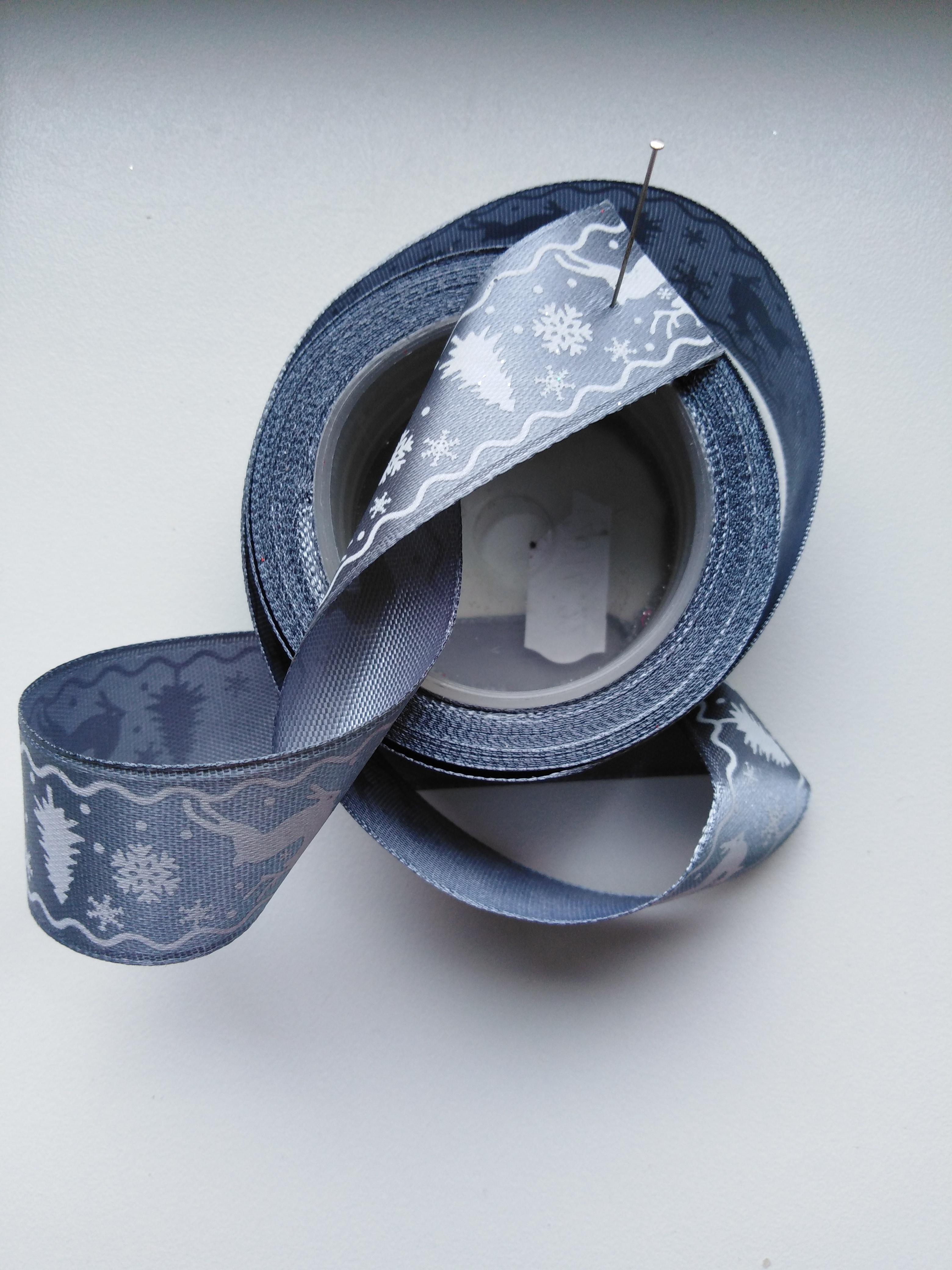 Saténová stuha tisk sobi 25 mm stříbrná doprodej